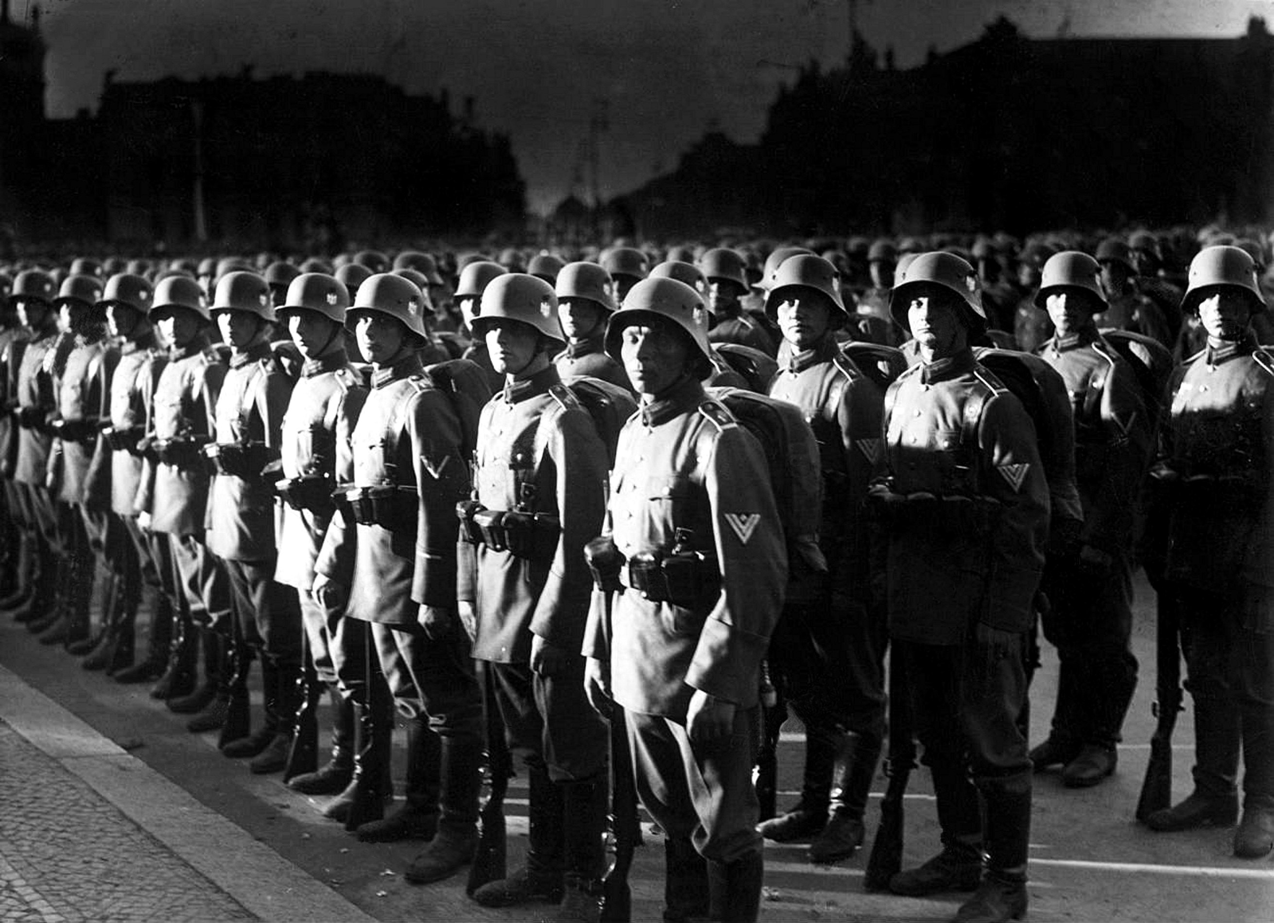 Soldiers of infantry regiment 1 (Koenigsberg) are lined up for the swearing in of new recruits., 1934.jpg